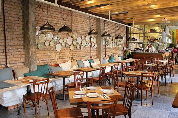 Restaurante no segundo piso chama atenção pelo décor cheio de referências à gastronomia