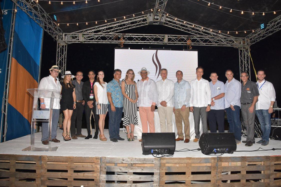 Foto de representantes de marcas participantes y autoridades