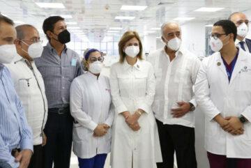 Vicepresidenta y Ministro de Salud Pública realizan visitas a clínicas privadas de Santiago
