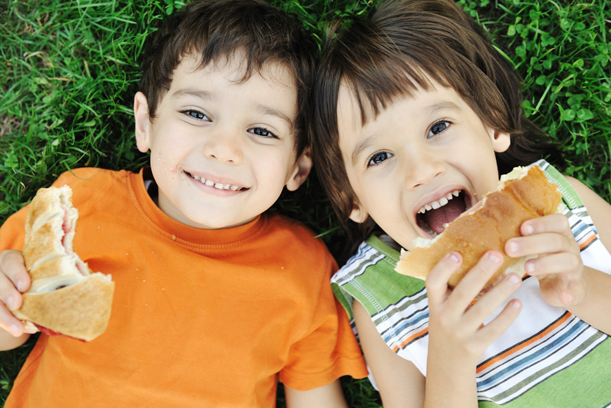 Kids eating lunch image