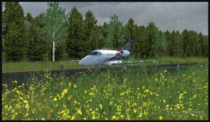 Phenom 100 roule sur la piste 26 à Sekiu après l'atterrissage