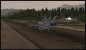 Atterrissage d'un F18 à Squamish. Aérofreins sortis.