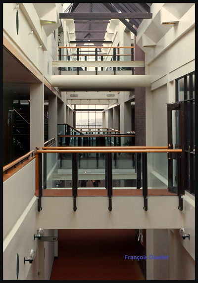 1982 Cornwall IFTC corridors vers les salles de cours