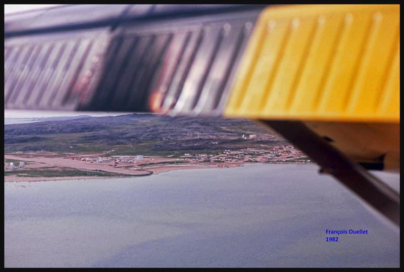 1982 Twin Otter d'Austin Airways en base pour la piste d'atterrissage d'Inukjuak