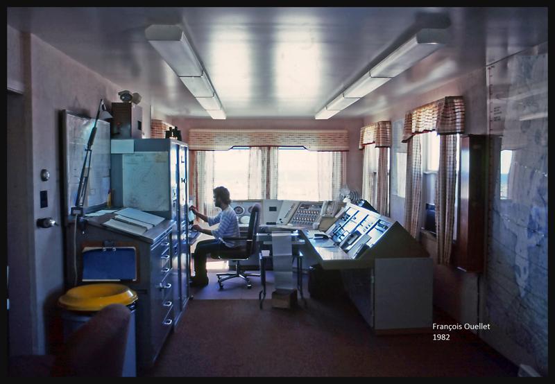 1982 Un FSS (spécialiste en information de vol) travaille à la station de Kuujjuarapik au Québec