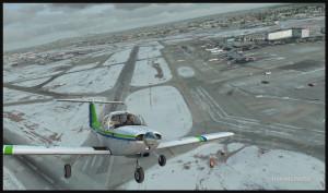 Piper Tomahawk PA-38 au décollage de la piste 28 pour un circuit vers la gauche à l'aéroport international Montreal Pierre-Elliott-Trudeau (FSX)