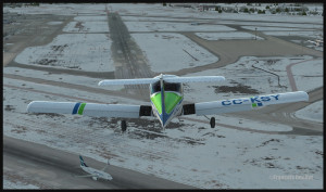 Piper Tomahawk PA-38 en finale de la piste 28 à l'aéroport international Montréal Pierre-Elliott-Trudeau , pendant que Westjet roule sur la piste 06R (FSX)