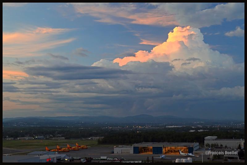 Le soleil couchant éclaire le côté d'un cumulus bourgeonnant (TCU) au-dessus de Québec