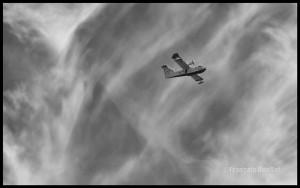 C-GQBG CL-415 et cirrus sur photo noir et blanc