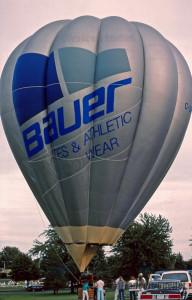La montgolfière C-GFCM à St-Jean-sur-Richelieu, maintenant prête à recevoir ses passagers. Province de Québec, 1988.