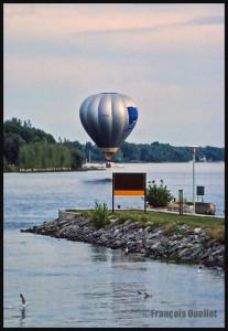Montgolfière C-GFCM au-dessus de la rivière Richelieu, au Québec. Le ballon va bientôt toucher l'eau. (1988)
