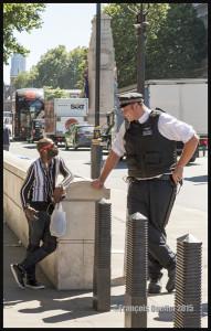 Discussion entre un policier de Londres, Royaume-Uni, et un piéton 2015