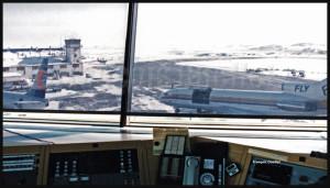 Vue à partir de la tour d'information de vol d'Iqaluit FSS: un Boeing B-727 de First Air de même qu'un Boeing B-737 de Canadian Airlines