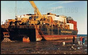 Un bateau à fond plat de la compagnie McAllister se prépare à décharger sa cargaison à Iqaluit durant la marée basse.