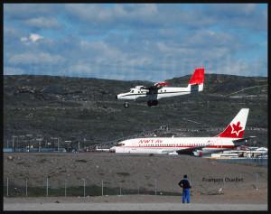 Un Boeing B-737 de NWT Air sur la voie de circulation et un Twin Otter de Bradley Air Services en courte finale pour la piste 36 à Iqaluit (1989)