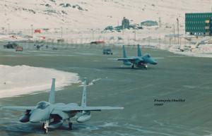Deux F-15 Eagle américains circulant pour un départ de l'aéroport d'Iqaluit (1990)