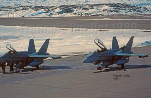 Deux CF-18s des forces militaires aériennes du Canada à Iqaluit en 1989
