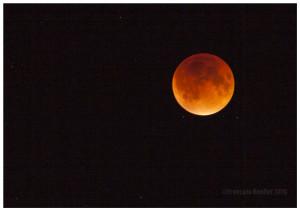 Éclipse de la Lune de sang du 27 septembre 2015. Appareil-photo ajusté sur la priorité BULB, avec ISO 100 et ouverture 2.8