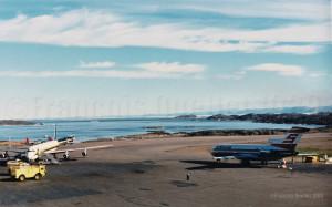 Un DC-8-71 de la Trans Ocean Airways et un Boeing B-727 de la compagnie Sterling à Iqaluit (1989). Vue à partir de la station d'information de vol d'Iqaluit