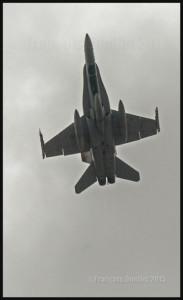 Passage d'un des quatre F-18s au-dessus du Monument commémoratif de guerre du Canada à Ottawa, le 22 Octobre 2015