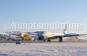 Airbus A330-200F arrivant à Iqaluit pour des tests lors de froid extrême. (PHOTO par CHRIS WINDEYER)