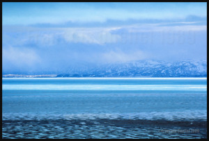 Le paysage autour d'Iqaluit, par une belle journée, lorsqu'il y a encore de la glace dans la Baie. Les tons de bleu sont absolument magnifiques.