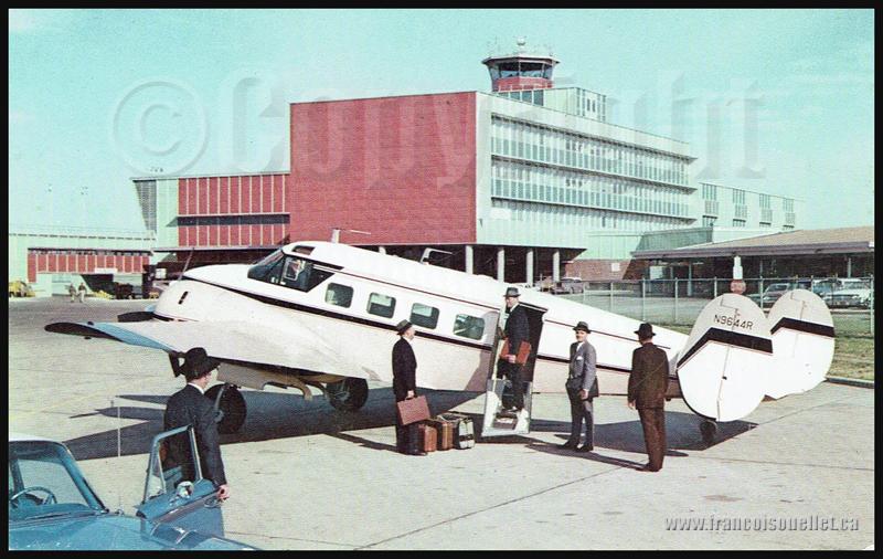 Passagers et un Beechcraft Super G18 1960 sur carte postale d'aviation