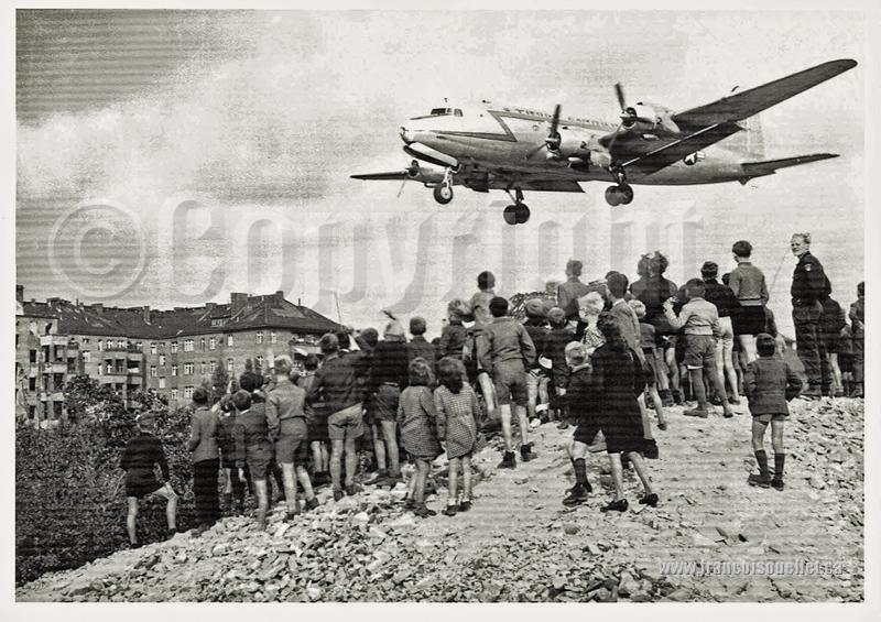 Les Allemands, le blockus de Berlin et un Rosinenbomber sur carte postale