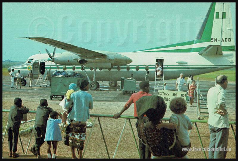 Nigériens, passagers et Nigeria Airways F27 5N-ABB sur carte postale