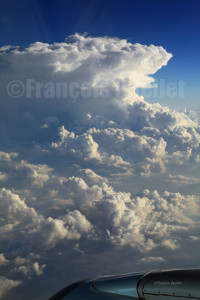 Avion de ligne et cumulonimbus