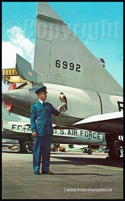 Cadet, faucon et avion F-104 de l'U.S. Air Force Academy sur carte postale aviation