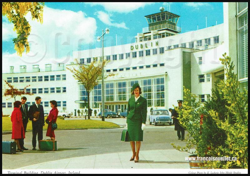 Agent de bord et passagers devant le terminal aéroportuaire de Dublin sur carte postale aviation