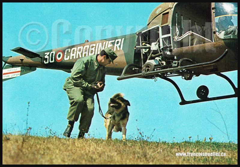Carabinieri italien et son chien avec hélicoptère sur carte postale aviation