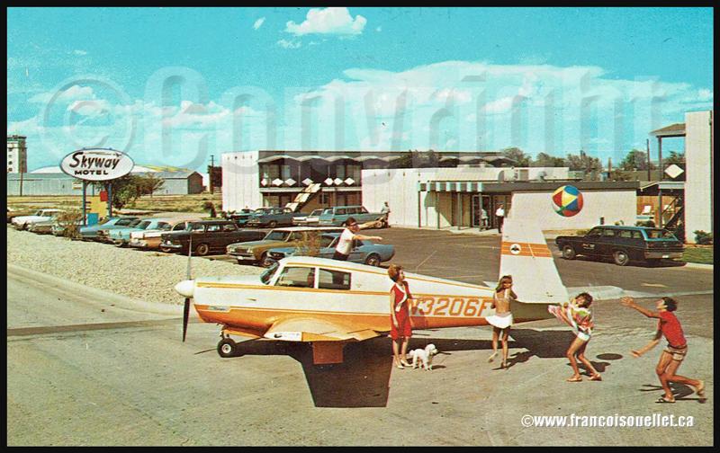 Avion Beechcraft et passagers devant le Skyway Motel au Texas sur carte postale aviation
