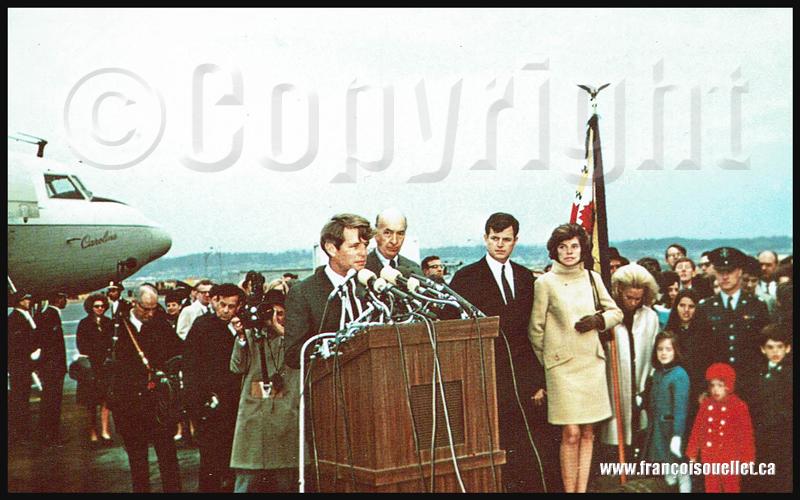 Bobby Kennedy, sa famille et l'avion familial, le Caroline, sur carte postale aviation