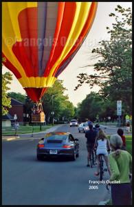 Une montgolfière se pose sur une rue de la Ville de Québec en 2005