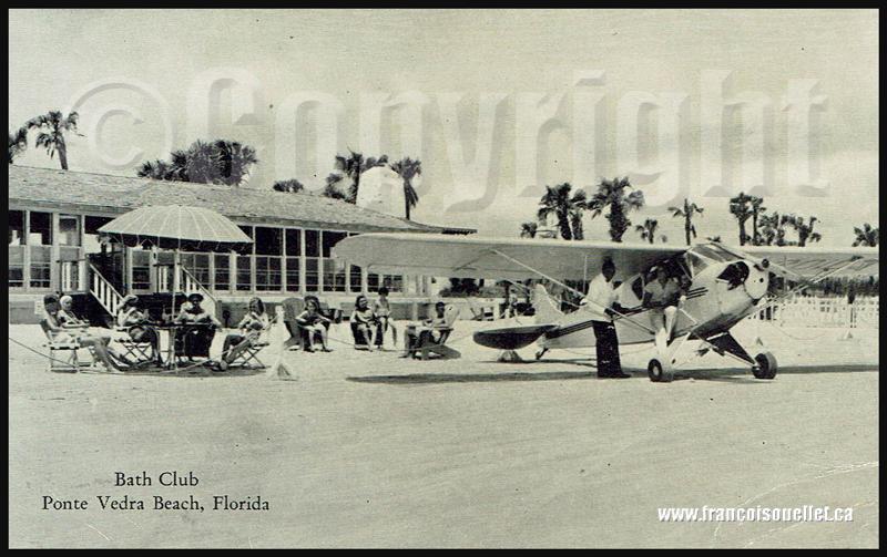 Vacanciers et un Piper Cub au Bath Club de Ponte Vedra Beach en Floride sur carte postale aviation