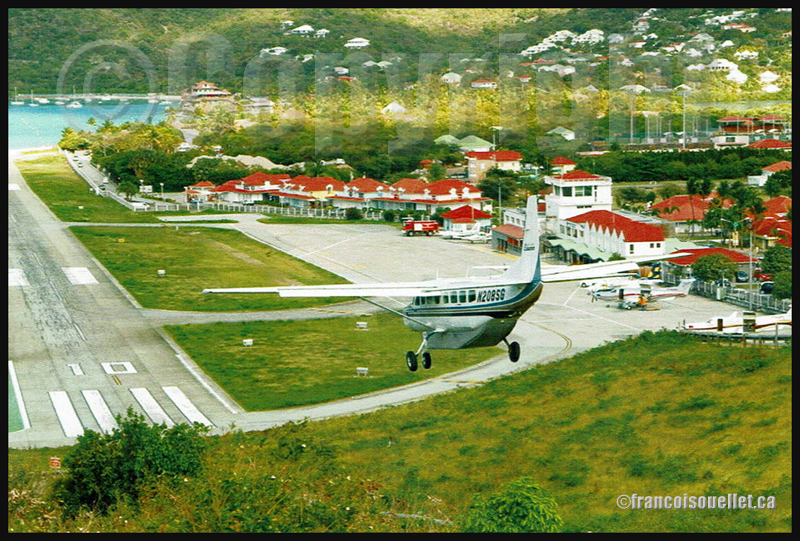 Cessna 208B N208SG en finale piste 10 pour l'aéroport de Saint Barthelémy, Guadeloupe (sur carte postale aviation)