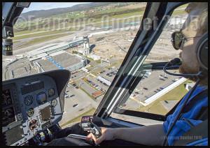 Aéroport international Jean-Lesage de Québec en 2015. La tour de contrôle et, à sa base, le centre d'information de vol (CIV) de Nav Canada sont visibles.