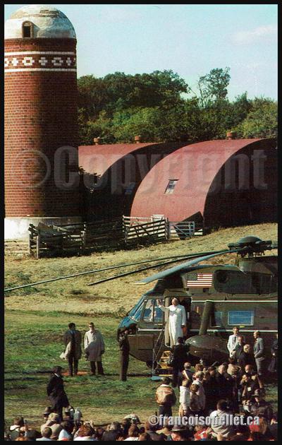 Le Pape Jean-Paul II sort d'un hélicoptère de la Marine américaine sur le site Living History Farms près de Des Moines, Iowa, où il a célébré une messe extérieure en Octobre 1979 (carte postale aviation).