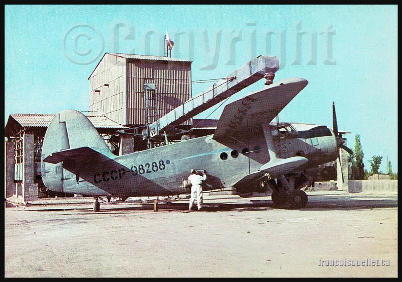 Antonov 2 de Aeroflot Soviet Airlines et employé chargeant des pesticides sur carte postale aviation