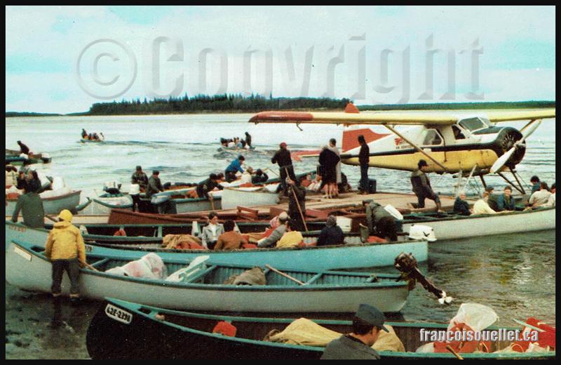 Beaver sur flottes et canots avec passagers et guides autochtones à Moosonee au Canada (sur carte postale aviation)