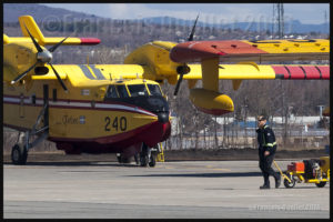Un avion-citerne Bombardier CL-415 du Gouvernement du Québec en préparation pour un vol vers Fort McMurray en mai 2016