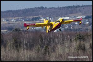 L'avion citerne Bombardier CL-415 décolle de l'aéroport international Jean-Lesage de Québec en direction de Fort McMurray, en Alberta, pour aider à la lutte contre les feux de fôret (2016)