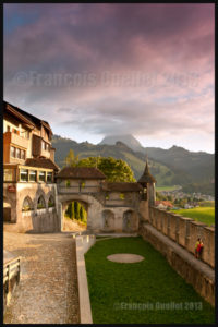 Vue à partir du Château de Gruyères, avec au loin le Moléson dans les nuages. Suisse 2013