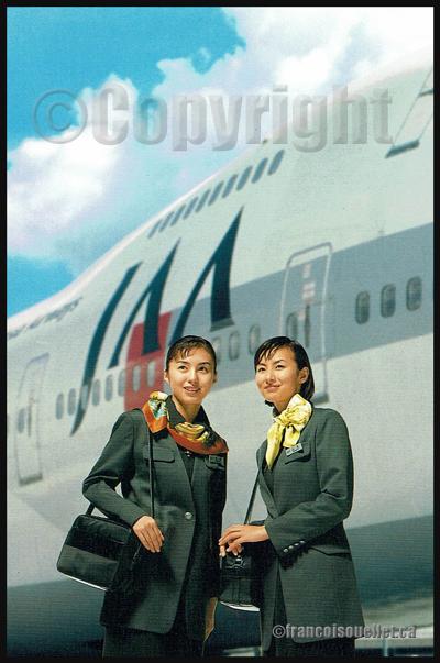 Deux agents de bord de la Japan Asia Airways, avec un Boeing 747 en arrière-plan, sur carte postale aviation