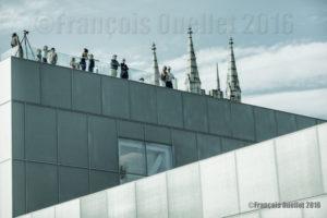 Visiteurs sur le toit du Pavillon Pierre Lassonde du MNBAQ 24 juin 2016