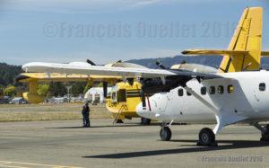 Au premier plan, un Twin Otter Series 400 fabriqué par Viking à Victoria, Colombie-Britannique. Au second plan, un bombardier d'eau CL-215 récemment acquis par Viking et qui sera possiblement modifié en CL-415.
