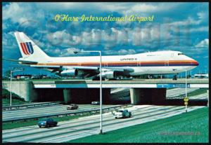 Un Boeing B747 de la United Airlines circule au-dessus de l'autoroute sur l'aéroport O'Hare international de Chicago (sur carte postale aviation)