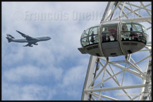 Un Boeing 747 de Cathay Pacific Cargo et le London Eye de Londres en 2015